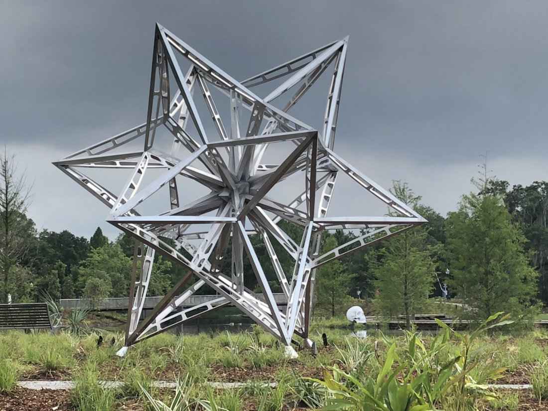 Frank Stella's Alu Tress Star with Katharina Fritsch's Schädel (Skull) in the background (photo credit Emily Ramírez Hernández)