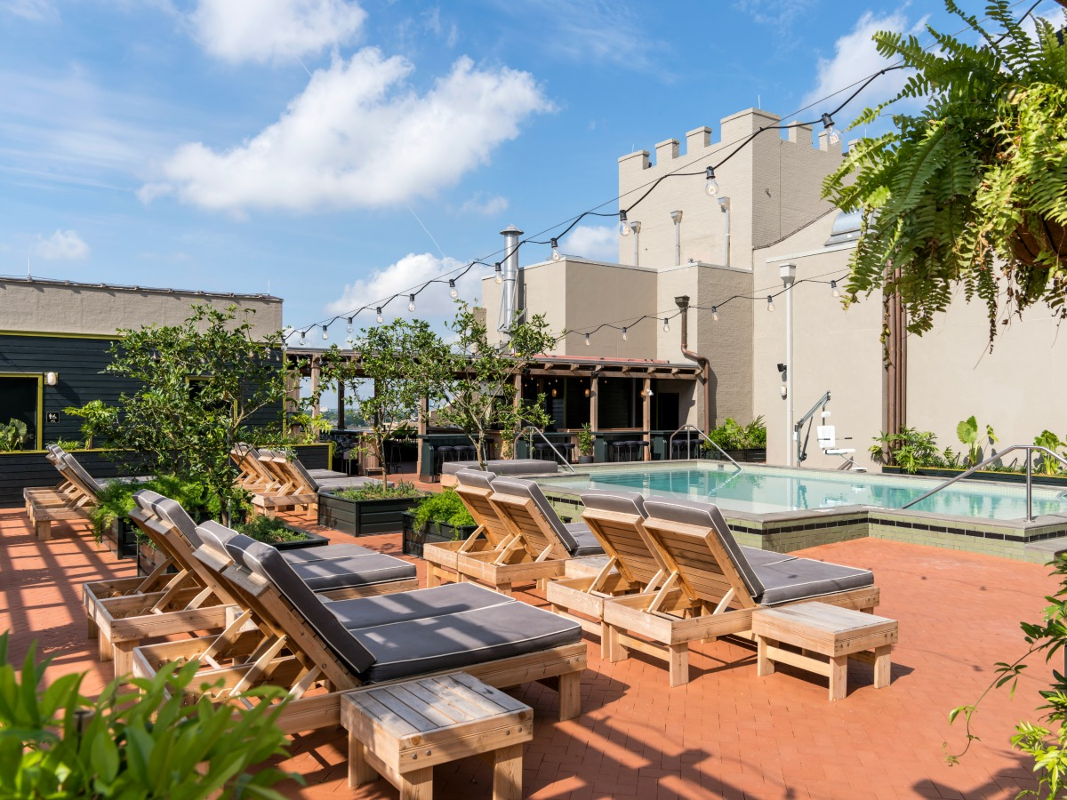 The Alto rooftop pool and bar at Ace New Orleans. (Photo: Fran Parente)