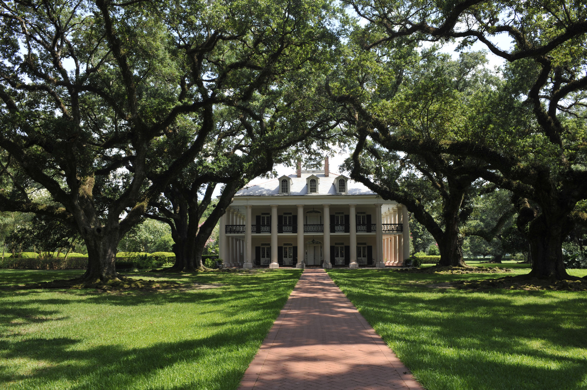 History abounds at Oak Alley