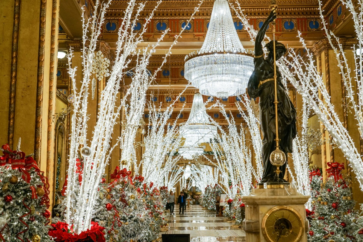 The spectacular Roosevelt lobby during the holidays. (Photo: Paul Broussard)