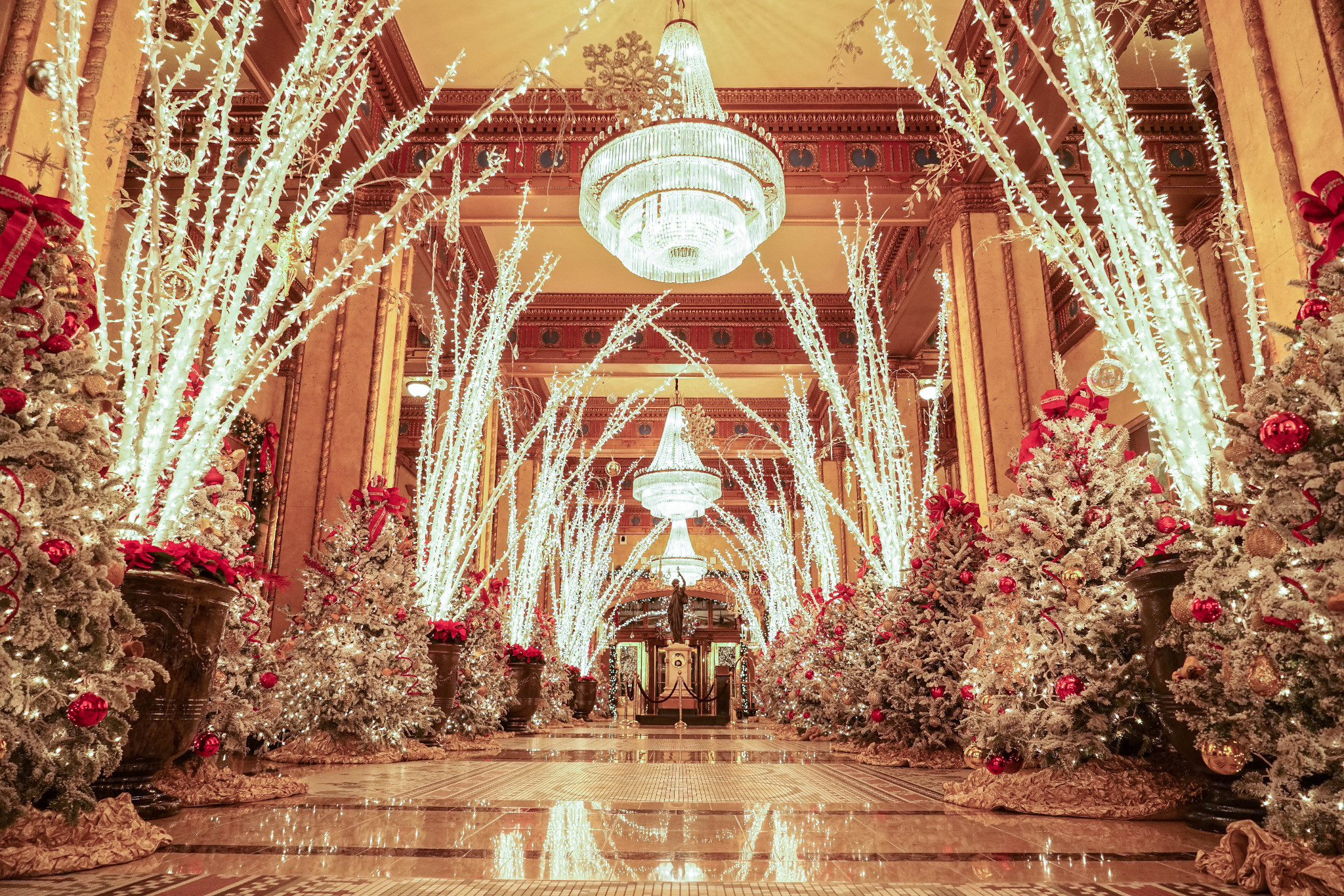 Wander the festive lobby at the Roosevelt Hotel for a free holiday treat. (Photo: Paul Broussard)